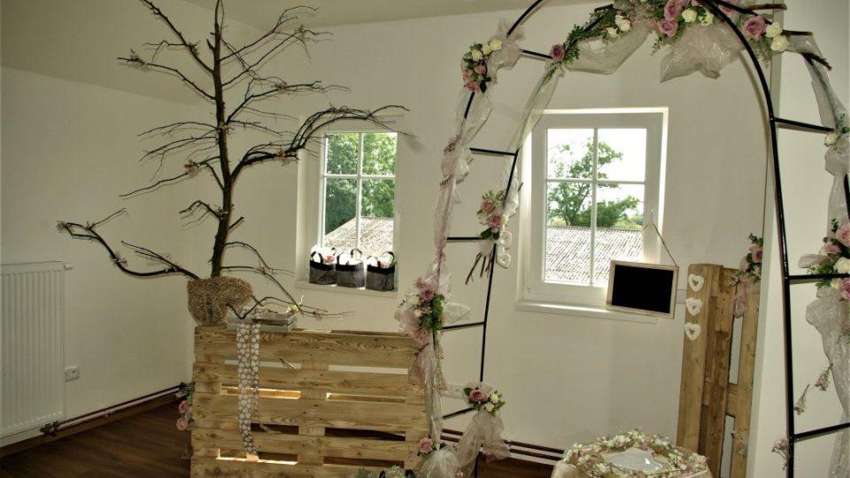 V podkroví je uložena i svatební výzdoba, kterou obec využívá v kapli svatého Jana Nepomuckého