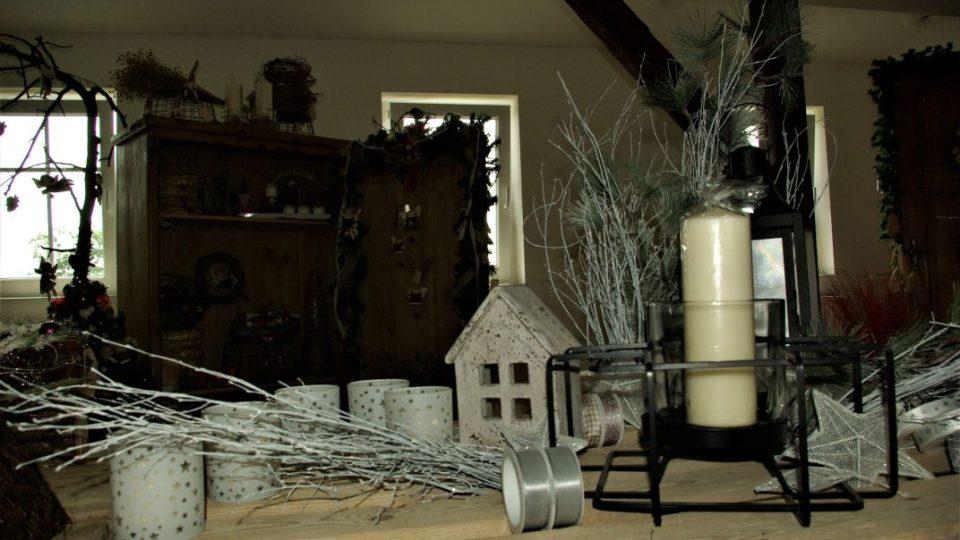 Vánoční dekorace ve zrekonstruovaných půdních prostorách statku