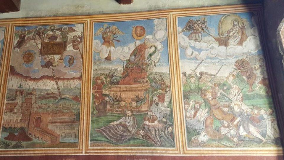 Fresky v luteránské modlitebně vynikají sytými barvami a detailním zpracováním