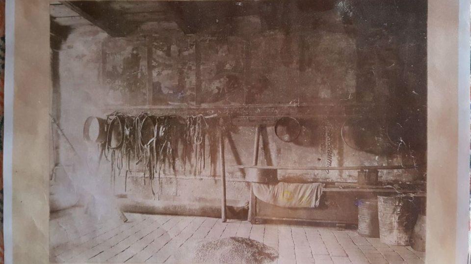 Fotografie dokumentuje, že v době před první světovou válkou sloužila modlitebna jako sklad a pro sušení obilí