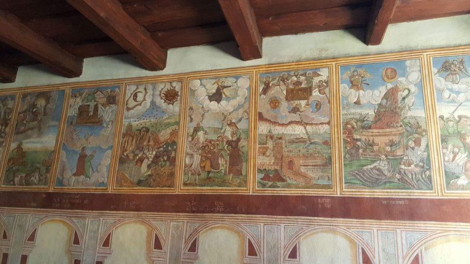 Třetina fresek už je zrestaurovaná, akademický malíř Tomáš Švéda obnovil původní renesanční detaily