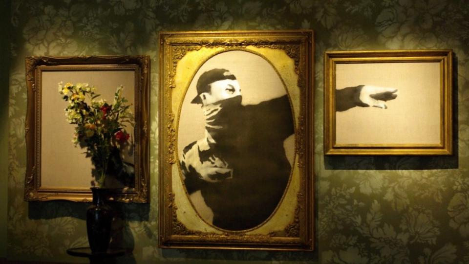 Banksyho výzdoba v jeho hotelu v Betlémě