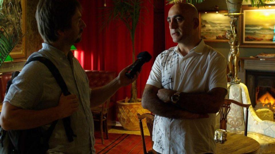 Wisám Salsa, manažer Banksyho hotelu, během rozhovoru se Štěpánem Macháčkem