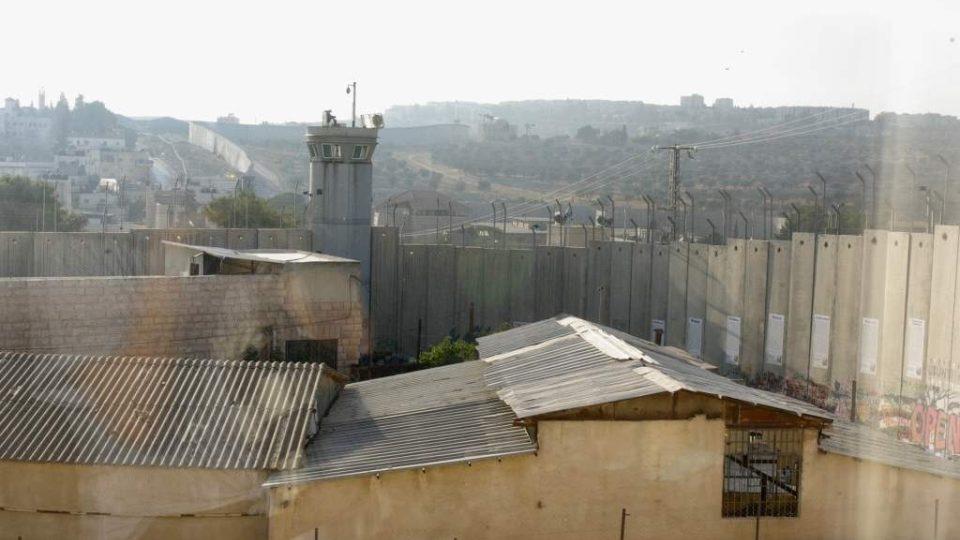 Výhled z okna Banksyho hotelu v Betlémě