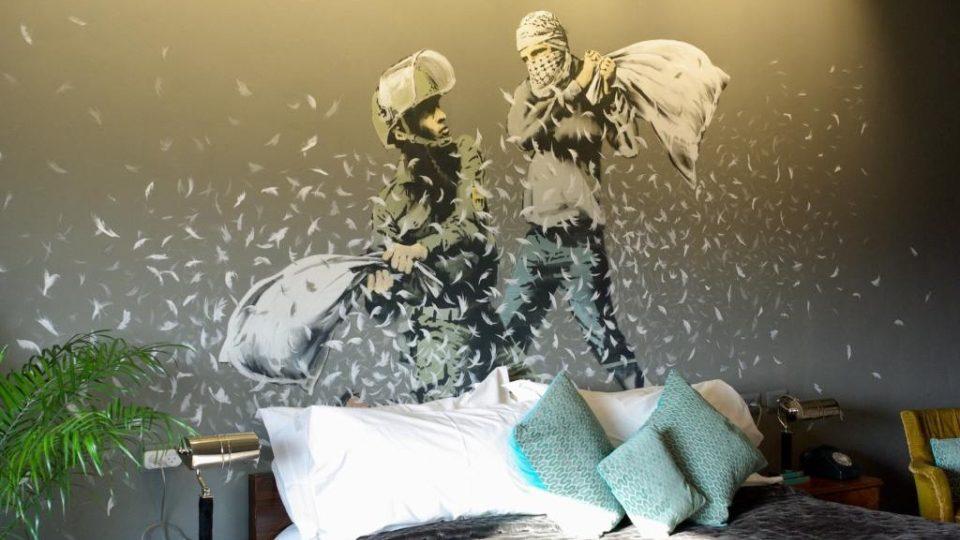 Banksyho výzdoba v jeho hotelu v Betlémě u kontroverzní izraelské zdi