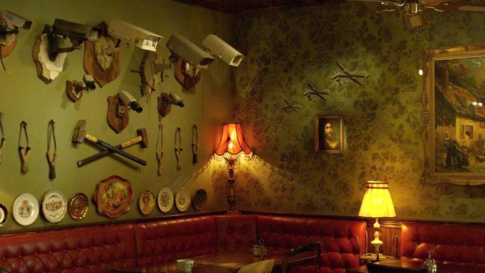 Hosté hotelu jsou svérázným Banksyho uměním v jeho hotelu v Betlémě doslova obklopeni