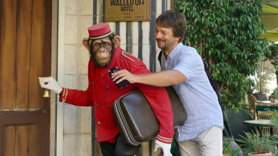 Hotelový portýr v podobě plastového šimpanze