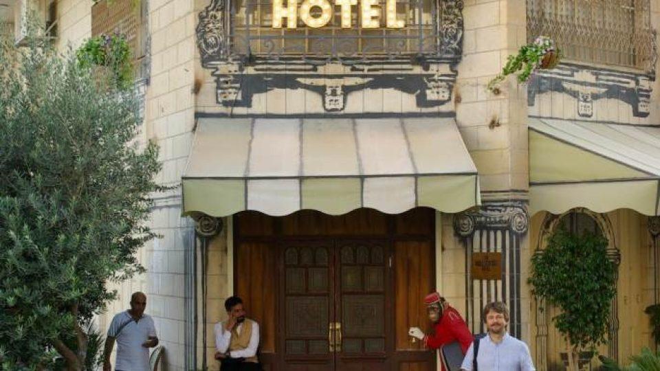 Štěpán Macháček před Banksyho hotelem v Betlémě