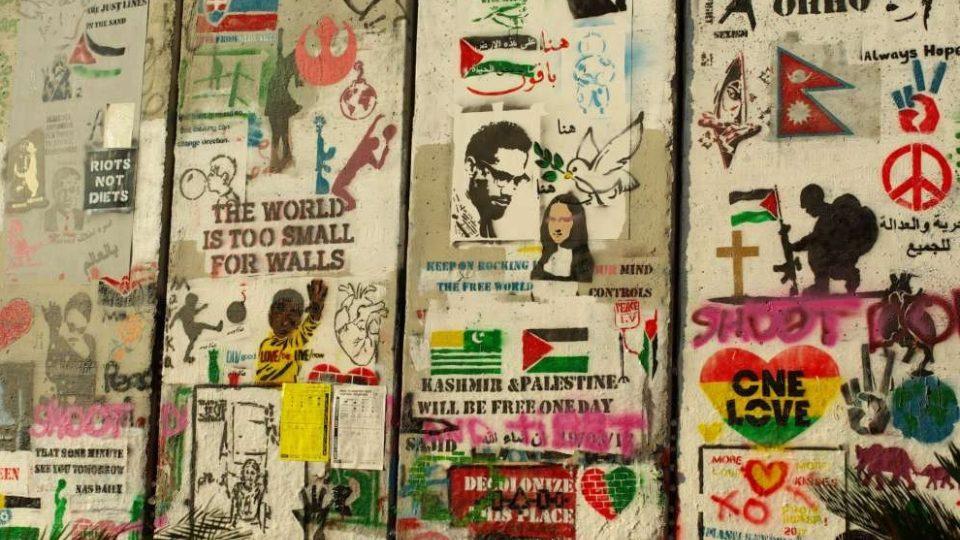 Pro jedny ochranná zeď, pro jiné rasistická. Většina autorů kreseb na zdi se shoduje, že stavění zdí k míru mezi lidmi nevede
