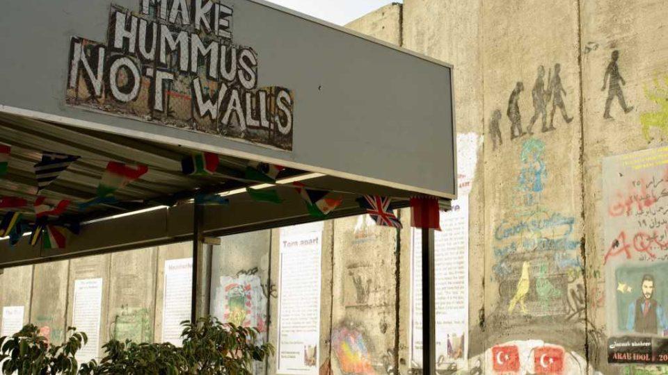 Banksyho hotel dělí od kontroverzní izraelské zdi jen úzká ulička