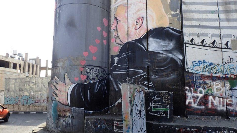 Donald Trump je oblíbeným motivem sprejerů na izraelské zdi