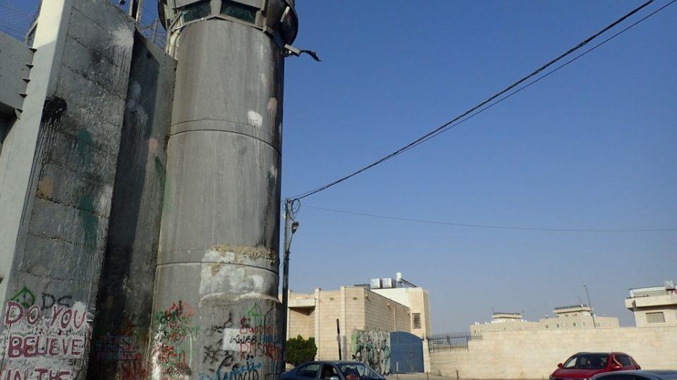 Po celé délce zdi jsou rozmístěny vojenské strážní věže