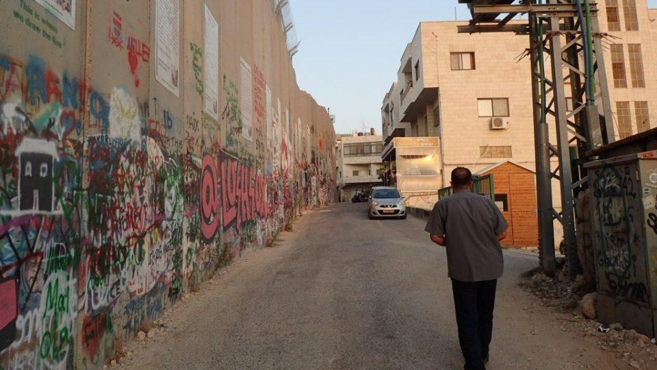Podle mezinárodního soudu v Haagu je izraelská zeď ilegální a porušuje Ženevské konvence