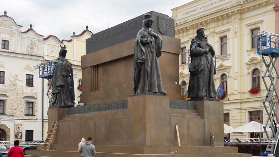 Filmaři na Pernštýnském náměstí natáčí kvůli žulové dlažbě. Kočičí hlavy už prý jende nejsou