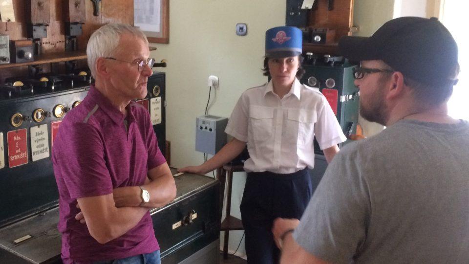 Ladislava Našincová ukazuje návštěvníkům železniční minimuzeum