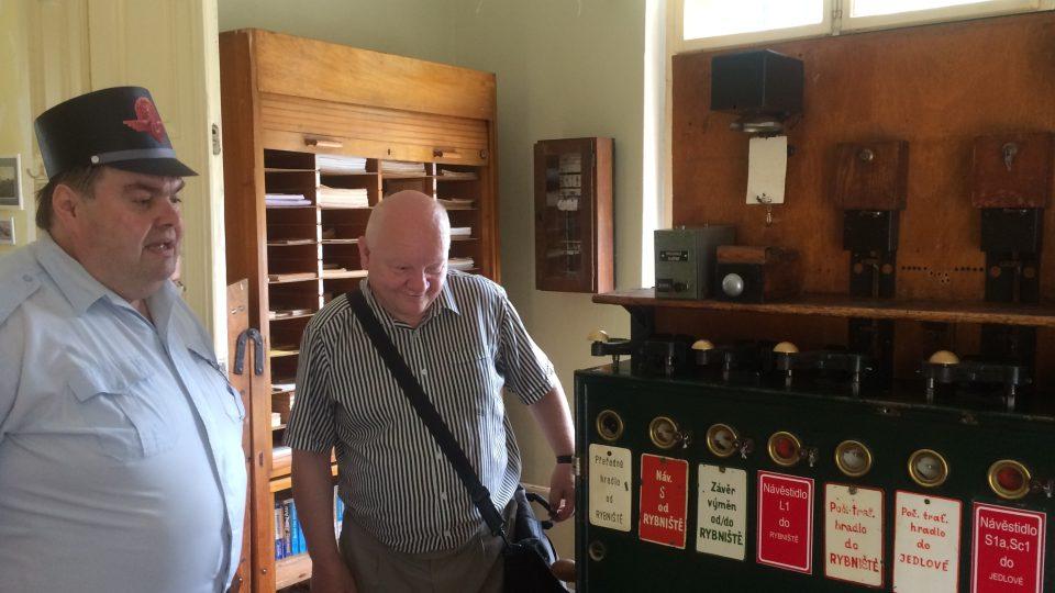Karel Našinec ukazuje návštěvníkům železniční minimuzeum