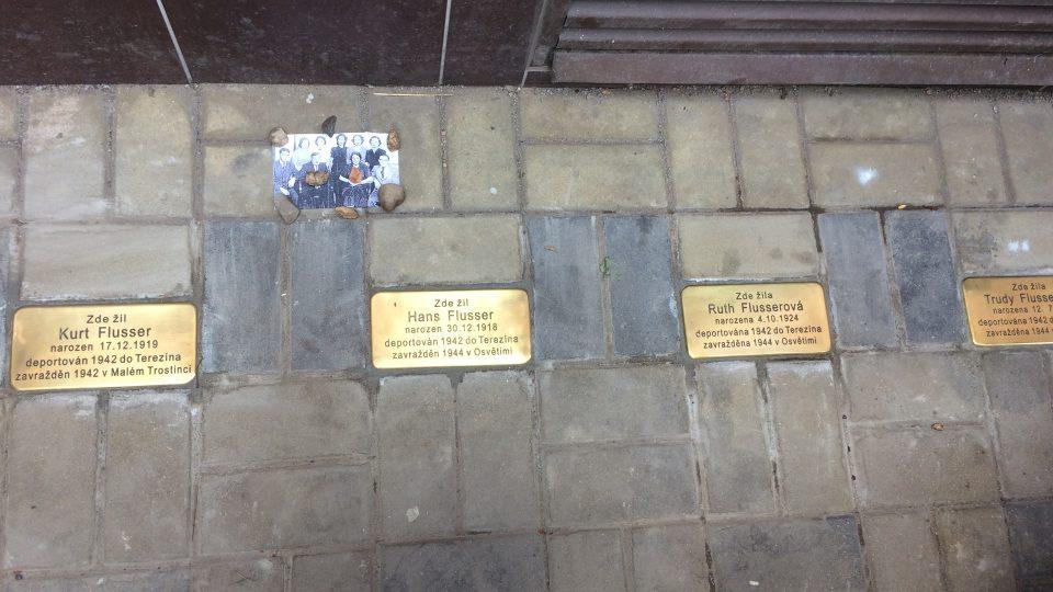 Nové kameny zmizelých připomínají v Teplicích místní oběti holokaustu