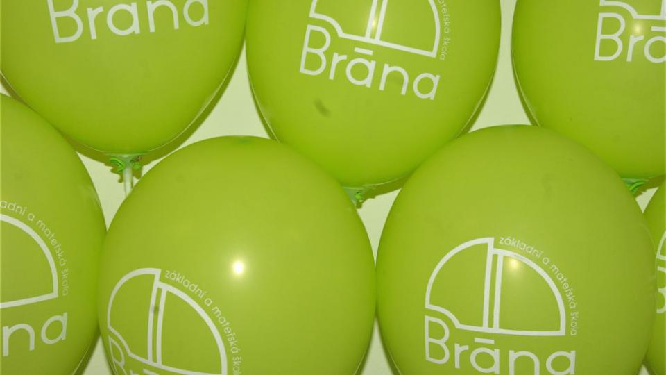 Balónkový první školní den nechal vyniknout i emblému Brány