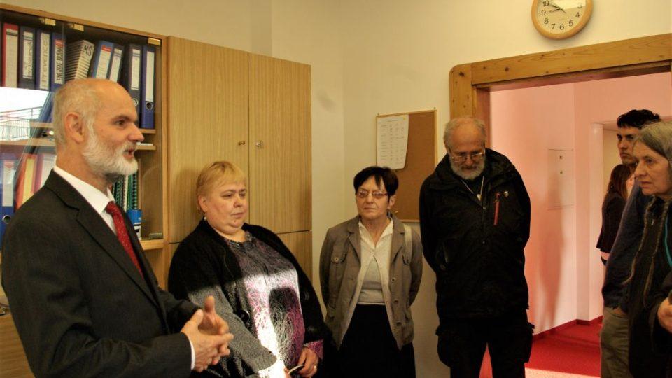 Prohlídka ředitelny s Bohdanem Čančíkem, pastorem Jednoty bratrské z Nové Paky (vlevo)