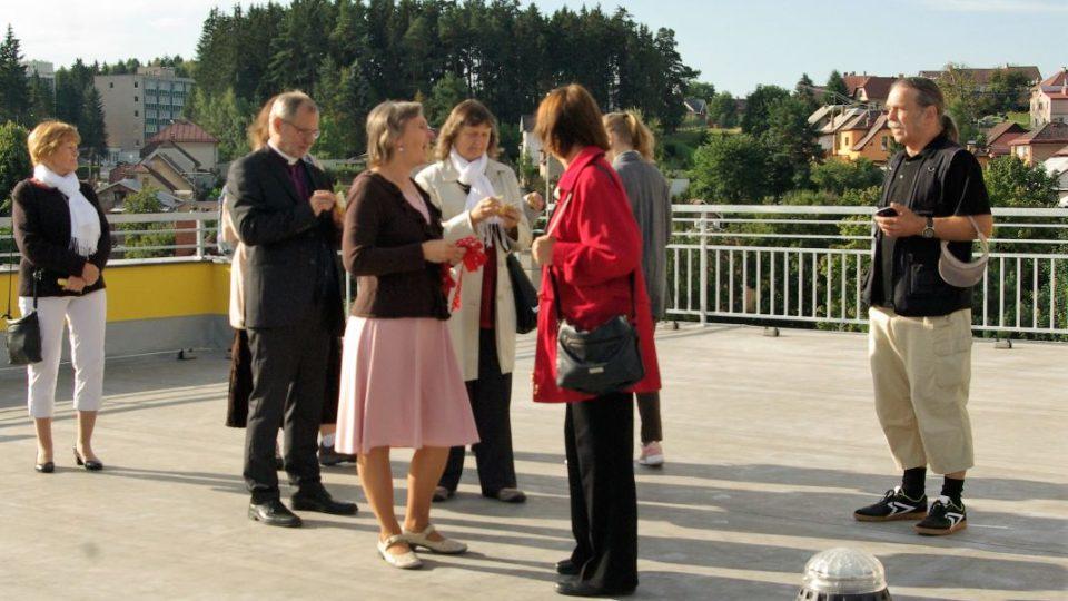 Prohlídka střešní terasy v doprovodu ředitelky školy (uprostřed)