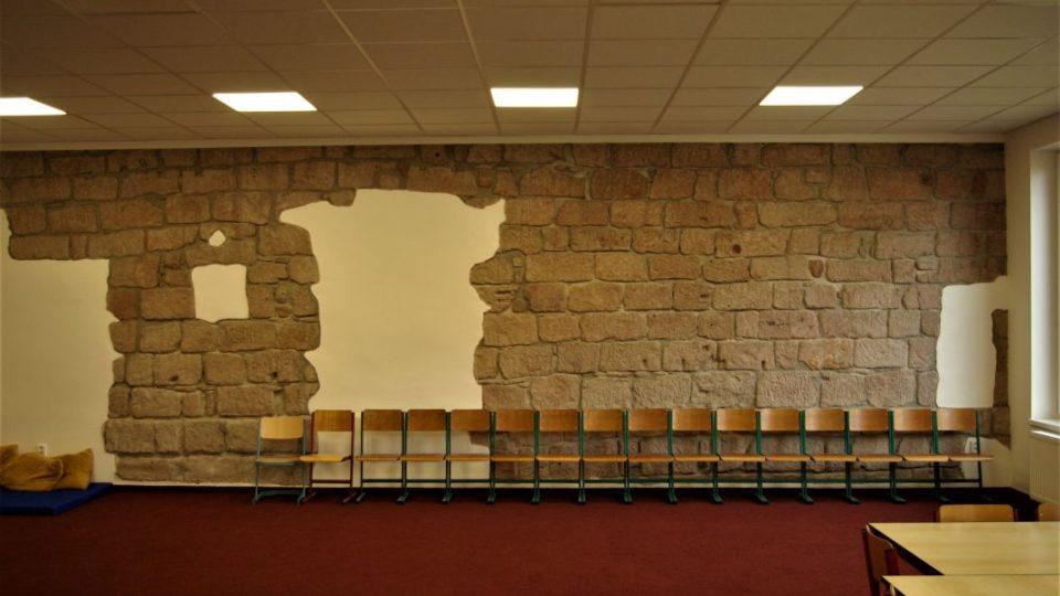 Původní zeď hrnčírny v třídě pro družinu v ZŠ Brána
