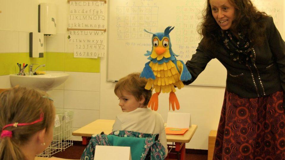 Učitelka Ema Koťátková vítá školáky společně se sovičkou Lojzičkou