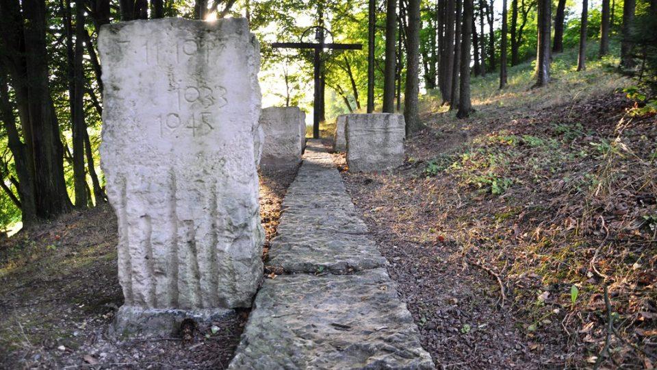 Chodníček memoriálu je z dlažby starého kostela
