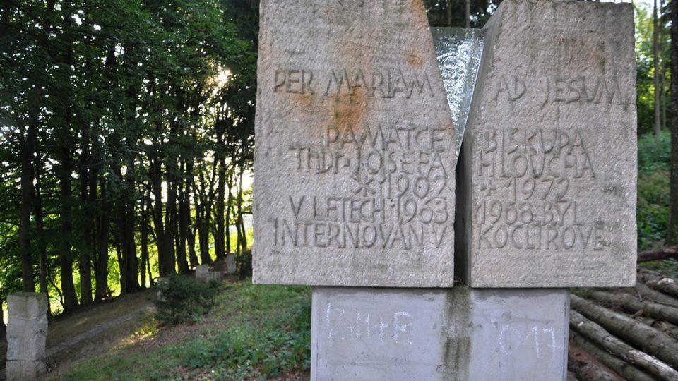 Pomník připomínající internaci biskupa Josefa Hloucha
