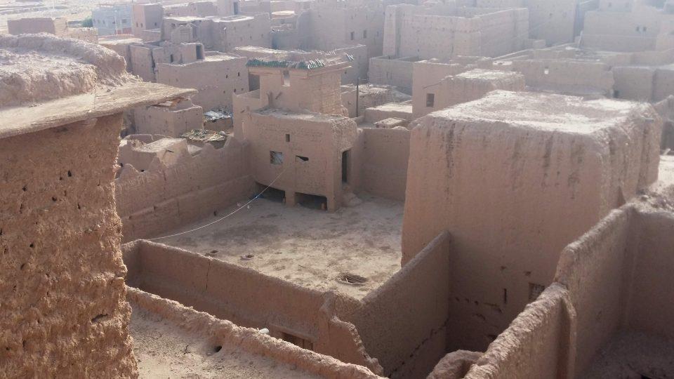 Terasy hliněné pevnosti a přilehlé vesnice
