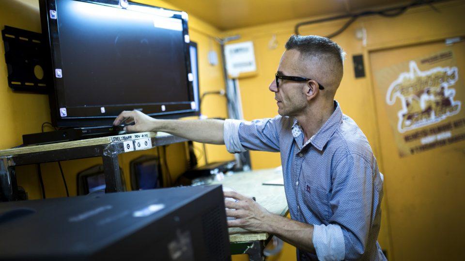 Provozovatel Pardubického letního kina Jan Motyčka v promítací kabině