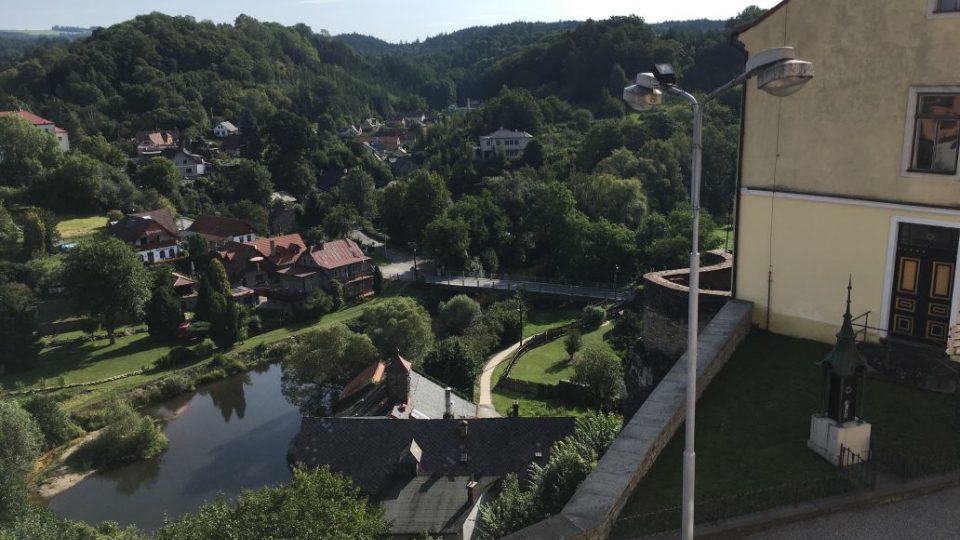 Pohled z věže na údolí Metuje
