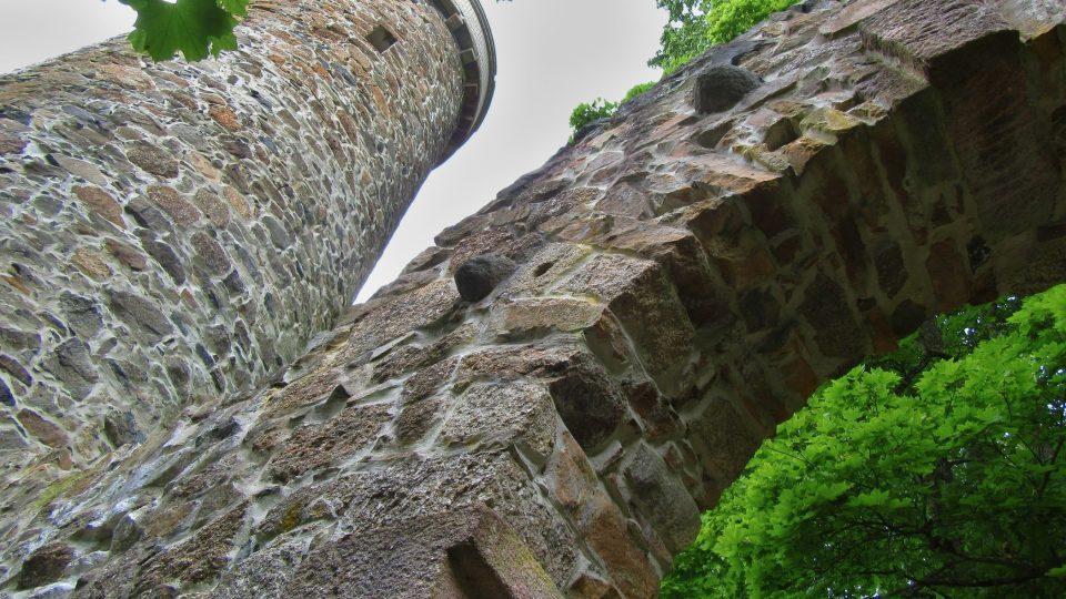 Nechybí polorozpadlá hradní brána