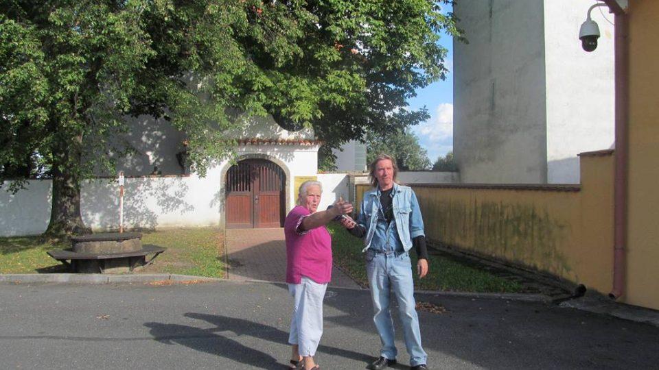 Marie Poláková ukazuje, co zbylo z obce Křtěnov - kostel s hřbitovem, fara, hospoda a škola. Všechny domy obyvatel byly zničené kvůli výstavbě jaderné elektrárny Temelín