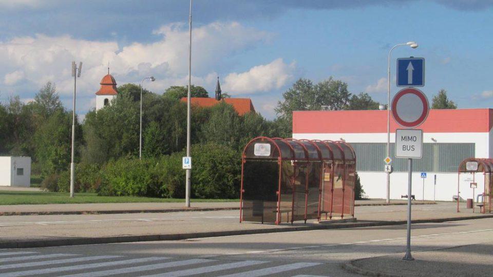 Zastávka pro zaměstnance u jaderné elektrárny Temelín, v pozadí je vidět kostel svatého Prokopa, který zbyl po zaniklé obci Křtěnov