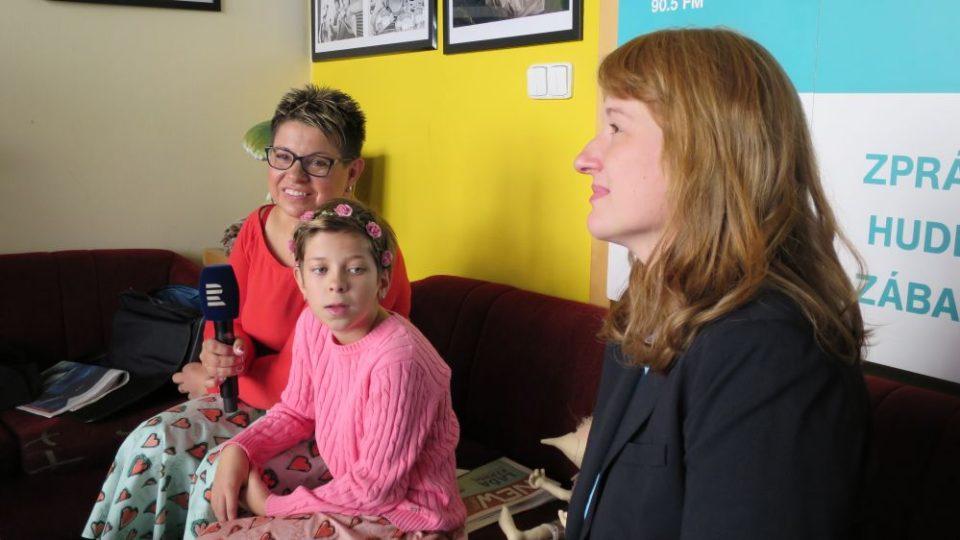 Věra Fina, autorka opravdových knih s duší, křtí v našem radioklubu své nové dílo s názvem Moje knížka. Kmotrem je zpěvák Laďa Kerndl