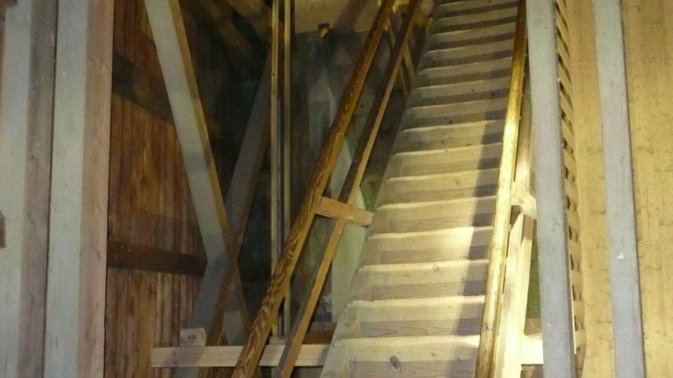 Do druhého vyhlídkového patra rozhledny se jde už jen po úzkých schodech