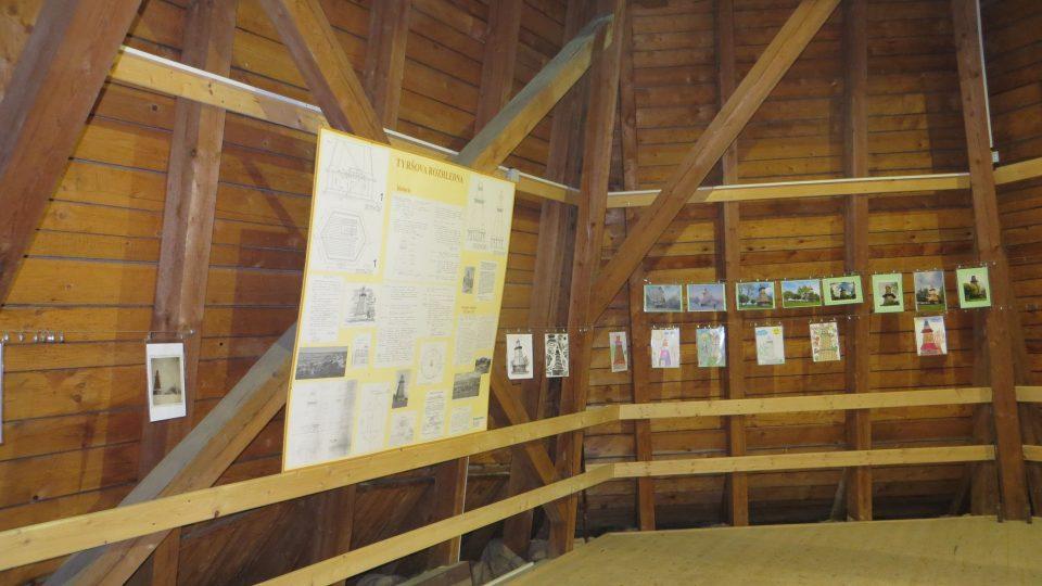 Interiér rozhledny slouží také jako minigalerie