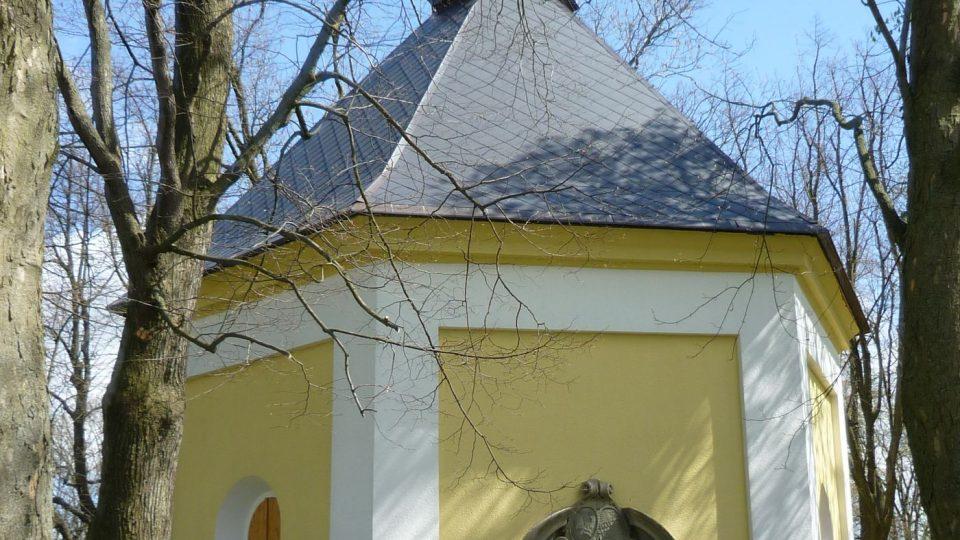 Kaple svaté Rozálie stojí kousek od rozhledny a díky ní také přejmenovali Tyršovu rozhlednu na Rozálku