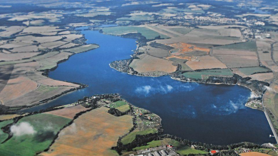 Letecký pohled na vodní dílo Jesenice