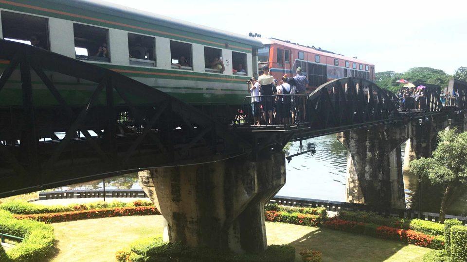 Most přes řeku Kwai lze dnes přejet vlakem na lince Thonburi - Nam Tok