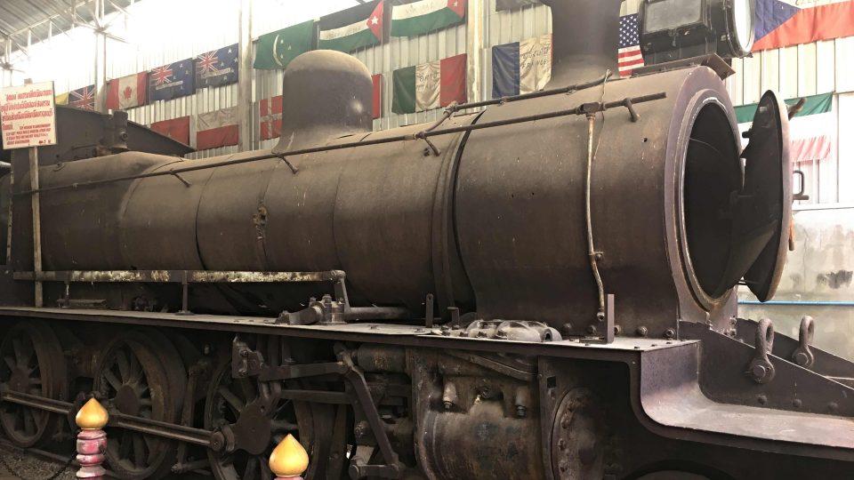 Zůstala tu po japonské armádě a tahala vlaky až do 70.let. Česká vlajka v pravém horním rohu je jen shoda okolností - žádnou výraznější českou stopu nepřipomíná