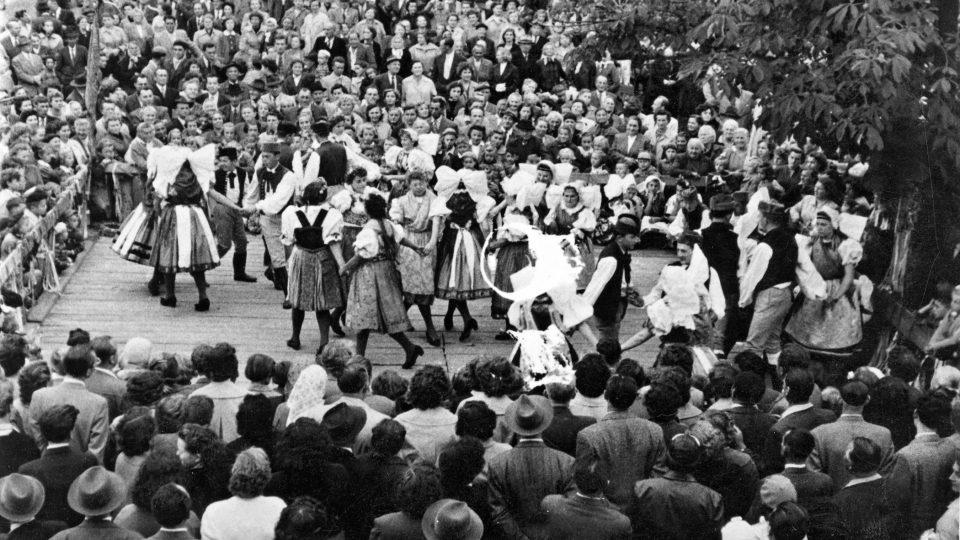 Dožínková taneční zábava v Dýšině ve 40. letech 20. století