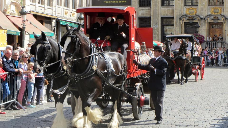 Pivovarský vůz přijíždí na náměstí během zahájení festivalu