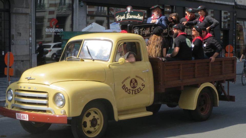 Na podobných dodávkávh rozváželi pivovarníci soudky v dobách našich babiček
