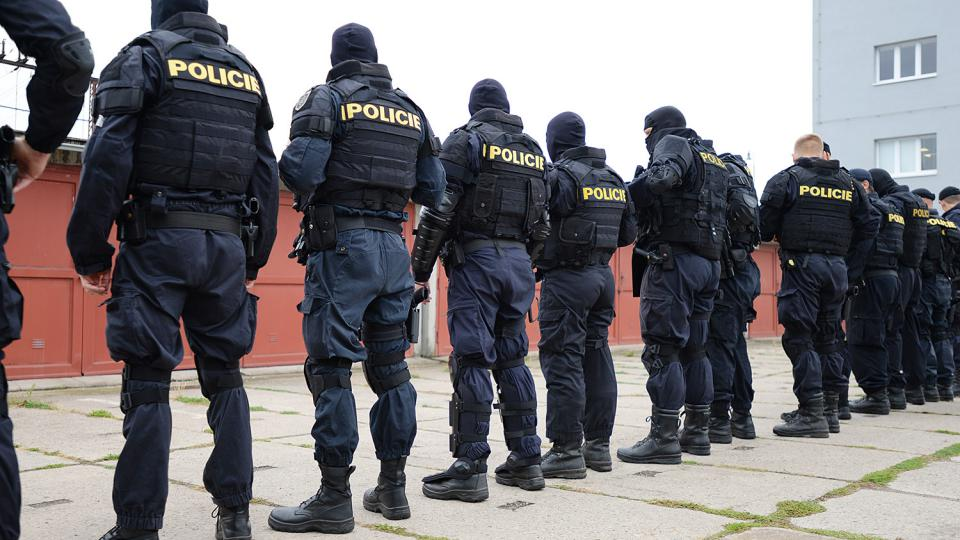 Policisté se při nástupu mimo jiné musí ujistit, že nemají nabité zbraně