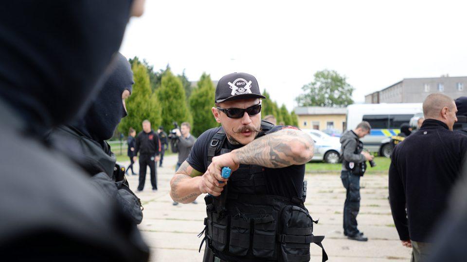 Cestu si policista v davu probije loktem