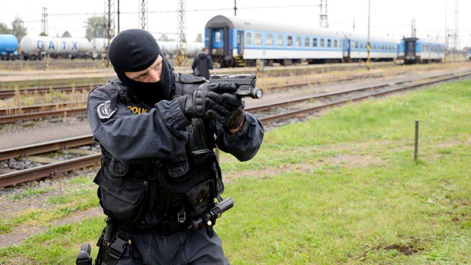 Po odzbrojení je nutné připadného útočníka zajistit