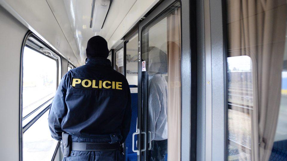 Policista prochází vlakem. Neví, odkud přijde útok