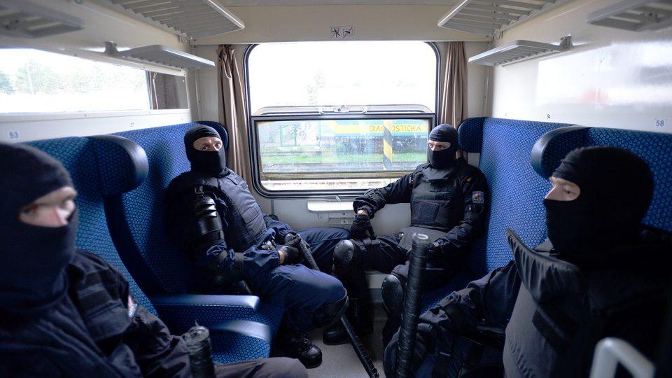 Neoznačení policisté. V průběhu cvičení se můžou změnit v cestujícího nebo teroristu