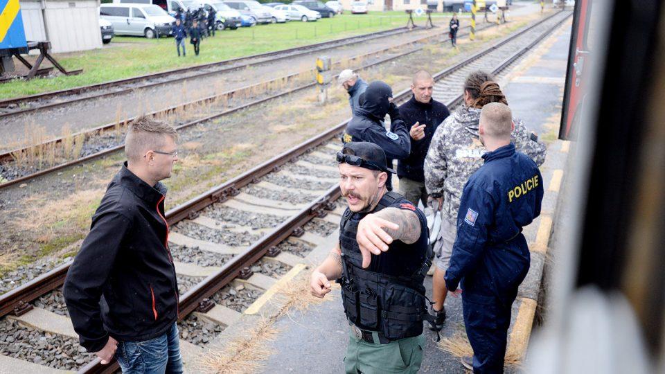 Instruktoři Krav Maga dávají cvičícím policistům povely a po skupinkách je pouští do vlaku